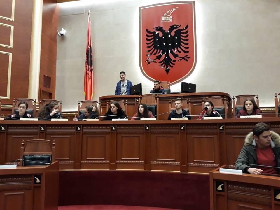 Nxënësit e klasave të 9-ta vizitojnë Kuvendin e Shqipërisë
