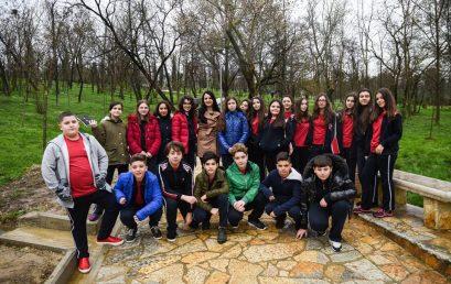 Nxënësit e klasës së 7G mbjellin pemë në Parkun e Madh të Liqenit Artificial