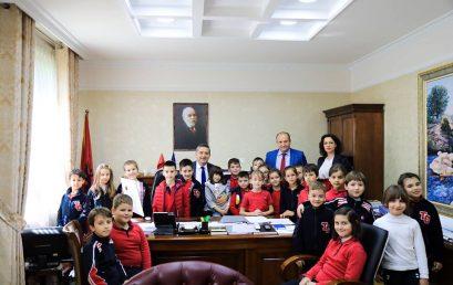 Klasa e 2F në zyrën e Ministrit Blendi Klosi