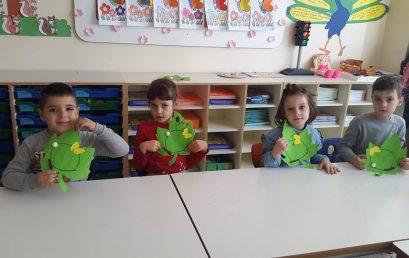 Fëmijët e parashkollorit mësojnë ciklin e jetës së një fluture
