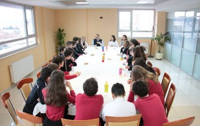 Nxënësit e shkollës sonë bisedë me profesorin, gazetarin dhe përfaqësuesin e shoqërisë civile, Z. Erion Kristo