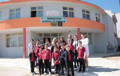 """Nxënësit e klasave të dyta të Klubit Shpresa dhurojnë mjete shkollore dhe lodra në shkollën """"Haxhi Korra"""""""