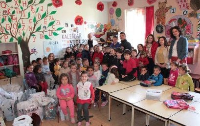 """Nxënësit e klasave të para të Klubit Shpresa dhurojnë mjete shkollore dhe lodra në shkollën """"16 Shtatori"""", Pezë e Madhe"""