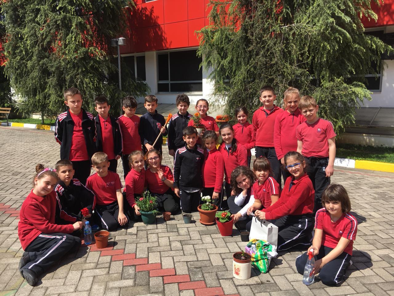 """Nxënësit e klasave të treta zhvillojnë orën mësimore """"Mbjellja e bimës"""""""