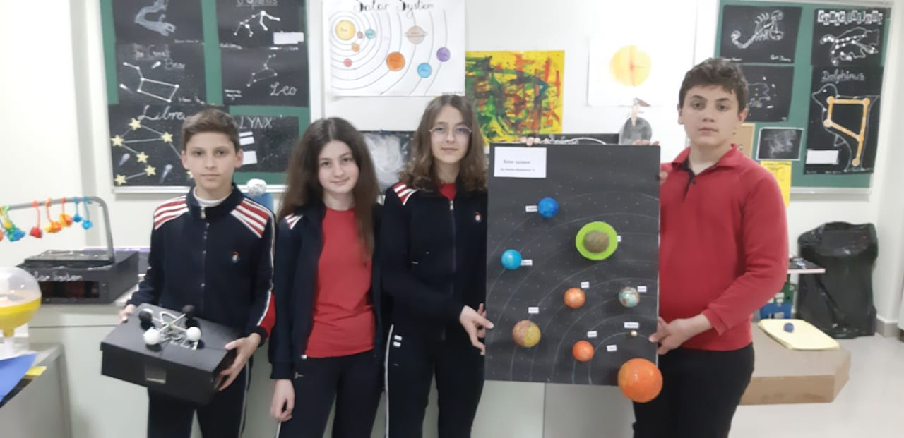 Nxënësit e klasave të 7-ta duke finalizuar tremujorin e tretë me projekte 3D për temat mbi Tokën dhe Hapësirën, në Fizikën me zgjedhje
